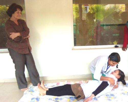 Linde Breininger supervising the patient shifting demonstration.